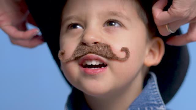 enfant de cowboy avec une moustache brune et un chapeau - Vidéo