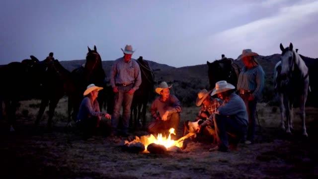 cowboys campfire - cowboy video stock e b–roll