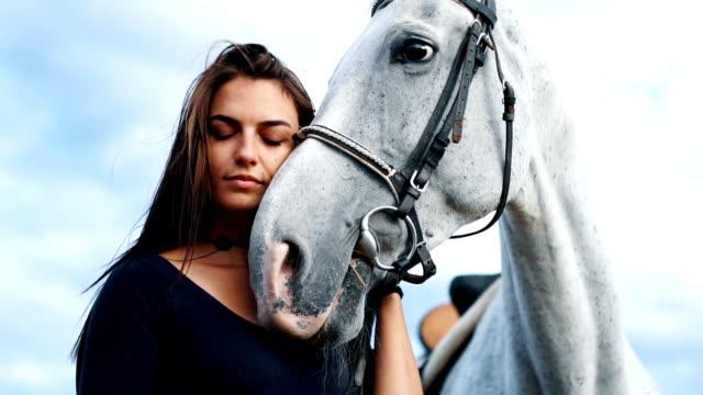 vidéos et rushes de cow-girl et embrassant de cheval blanc - femme seule s'enlacer