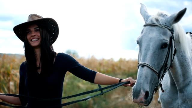 Cow-girl est avec son cheval blanc - Vidéo