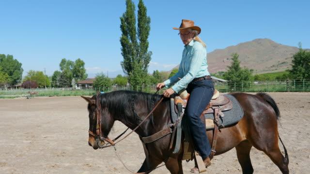 cowgirl on horseback - attività equestre ricreativa video stock e b–roll