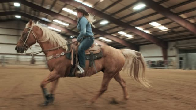 cowgirl-praxis - halle gebäude stock-videos und b-roll-filmmaterial