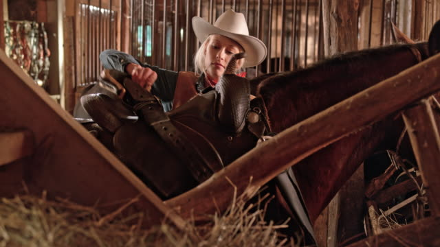 DS Cowgirl putting a saddle on her horse video
