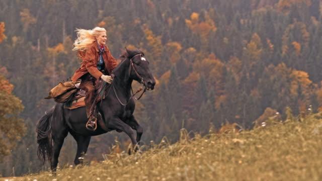 SLO MO DS Cowgirl cheval au galop - Vidéo