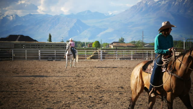 Cowgirls mit Lasso auf der ranch – Video