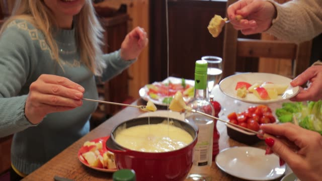 coworkers eating dinner - pietanza cotta in tavola video stock e b–roll