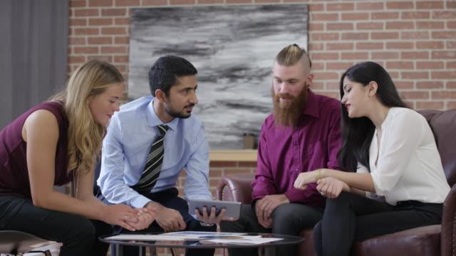 vídeos de stock e filmes b-roll de coworkers having a meeting - coffee table