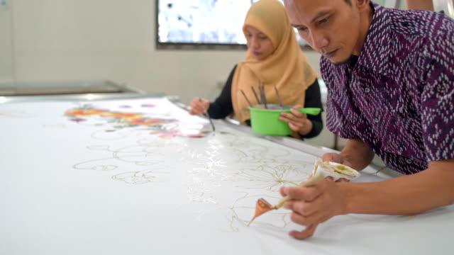 batik atölyede resim iş arkadaşları - el aleti stok videoları ve detay görüntü çekimi