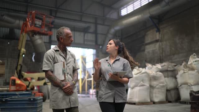 vídeos y material grabado en eventos de stock de compañeros de trabajo caminando en una fábrica - 20 a 29 años