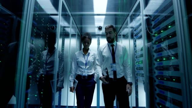 stockvideo's en b-roll-footage met coworking it-specialisten in data center kamer - datacenter