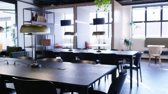 vídeos de stock e filmes b-roll de coworking office spaces are all the rage - office background