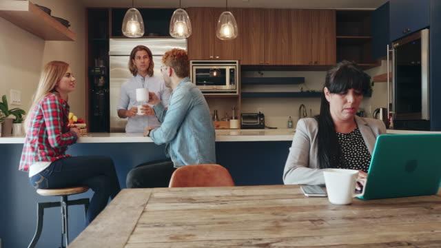 coworking office - pausa caffè video stock e b–roll
