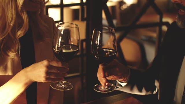 高級レストランの共同作業空間 - ワイングラス点の映像素材/bロール
