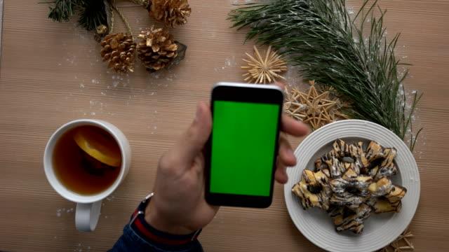 Gemütliche Weihnachten Draufsicht. Weihnachtsdekoration, Kekse, Tee auf leichte Holztisch. Erschossen von oben – Video