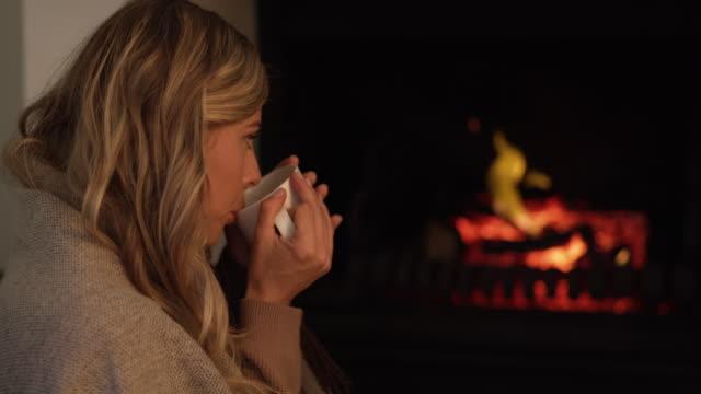vídeos de stock, filmes e b-roll de um canto acolhedor para apenas desconectar - chocolate quente