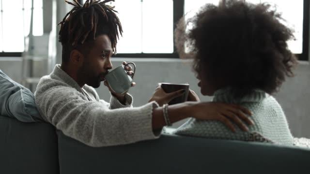 vídeos y material grabado en eventos de stock de fines de semana acogedoras en el sofá - café bebida