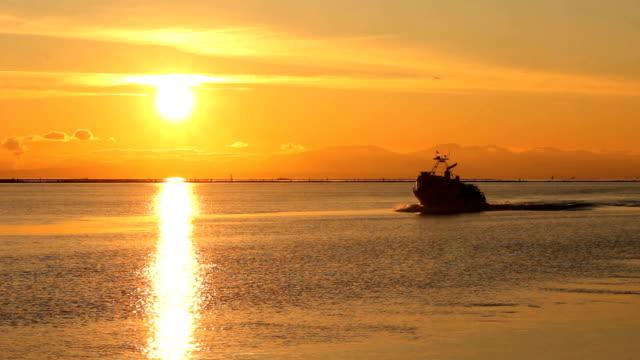 granchio barca di tornare al tramonto, steveston - fiume fraser video stock e b–roll