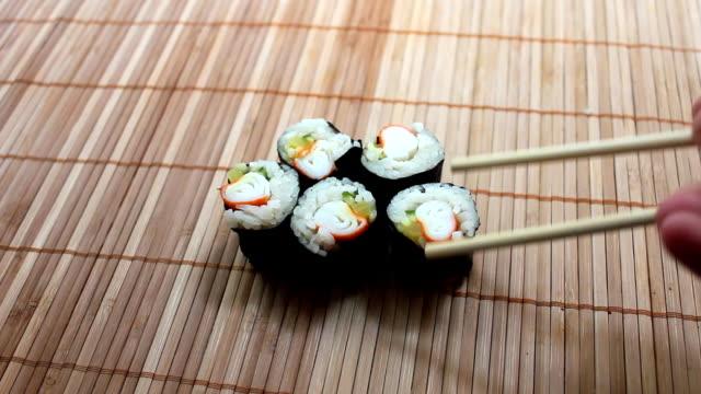 カニ巻き寿司 - ローフード点の映像素材/bロール
