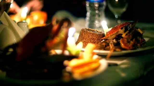 vídeos de stock, filmes e b-roll de restaurante de frutos do mar de caranguejo à luz de velas - antepasto