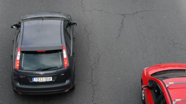 Grietas en el asfalto de la carretera con los coches pasando - vídeo