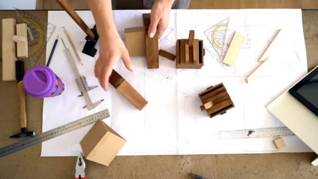 Artesano montaje y medición de piezas de madera. Vídeos de arriba. - vídeo