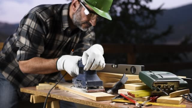 craftsman at work on wooden boards. carpentry. - narzędzie z napędem elektrycznym filmów i materiałów b-roll