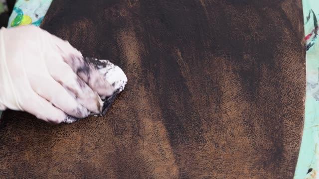 stockvideo's en b-roll-footage met ambachtsman kleuren het gesneden leer voor handtas - dierenhuid huid