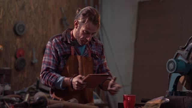 forschen mit tablet in industriellen werkstatt handwerker - arbeiter stock-videos und b-roll-filmmaterial