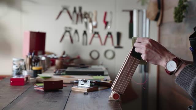 職人手縫いレザー折財布ウォレット - 自家製点の映像素材/bロール