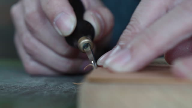 craftsman handcrafting leather wallet - prodotto d'artigianato video stock e b–roll