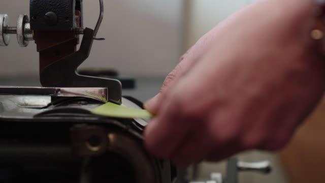 革を手縫いの準備ができて押すと職人 - 自家製点の映像素材/bロール