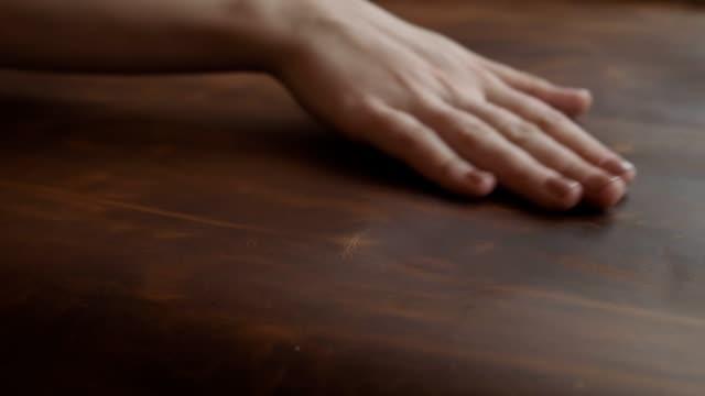 hantverkare röra stor bit av läder på bordet i slow motion - läder bildbanksvideor och videomaterial från bakom kulisserna