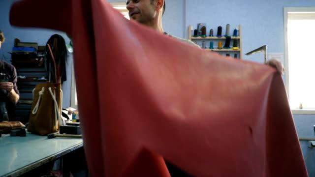 vídeos y material grabado en eventos de stock de trabajo artesano en el taller - piel textil