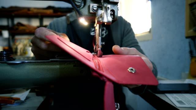 vídeos y material grabado en eventos de stock de artesano que trabaja en el taller - piel textil