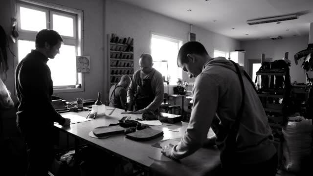hantverkare arbetar i verkstad - läder bildbanksvideor och videomaterial från bakom kulisserna