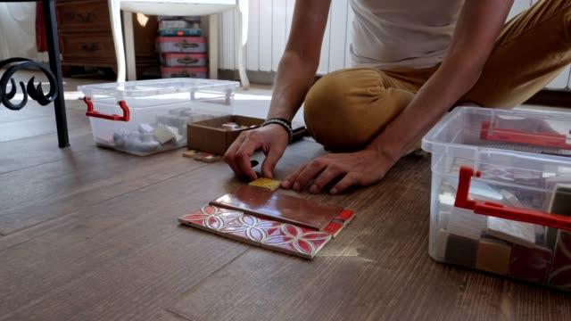 vidéos et rushes de artisane création fait main de couleur carreaux, l'ensemble du processus et le produit final de l'artisanat, partie de la série, puzzle, carreaux colorés avec des nombres, décor à la maison - art et artisanat