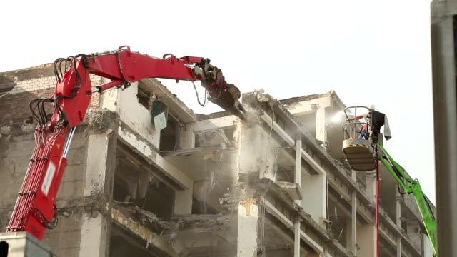 vídeos y material grabado en eventos de stock de grúa de construcción en sitio - pinzas utensilio para servir
