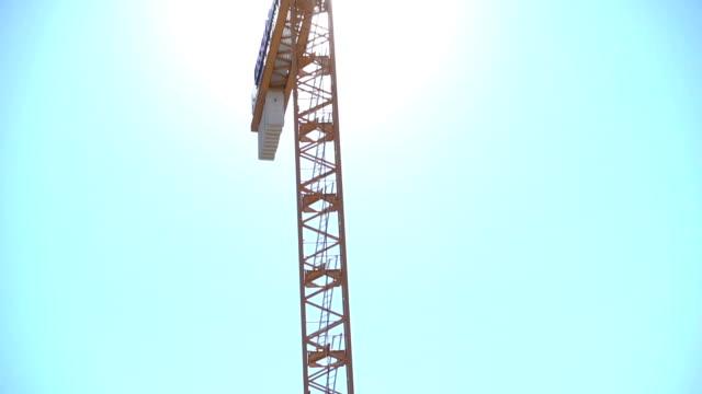 vidéos et rushes de grue de construction site - inclinaison vers le haut