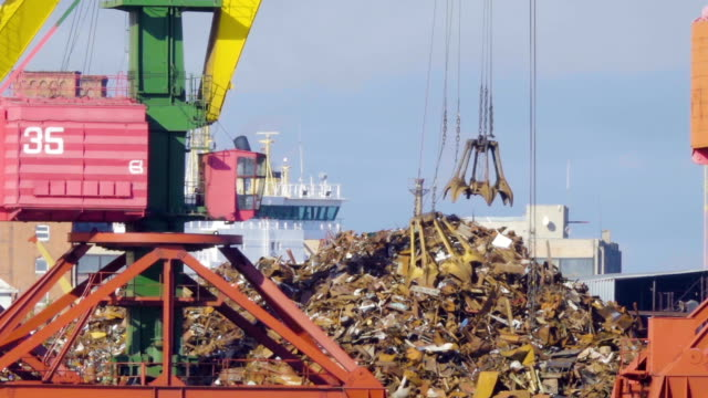 crane grabber loading recycling steel, kaliningrad docks. recycling, loading scrap metal in the ship in port. - chiatta video stock e b–roll