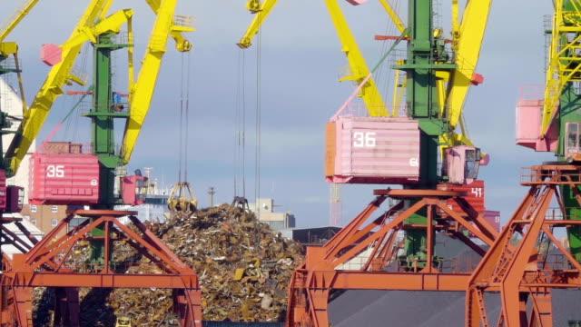 Crane grabber Loading Recycling Steel, Kaliningrad docks. Recycling, loading scrap metal in the ship in port. video
