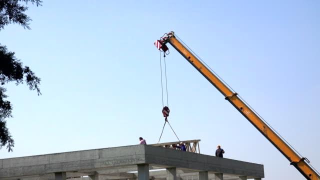 建設工事現場でクレーン リフト荷重 - クレーン点の映像素材/bロール