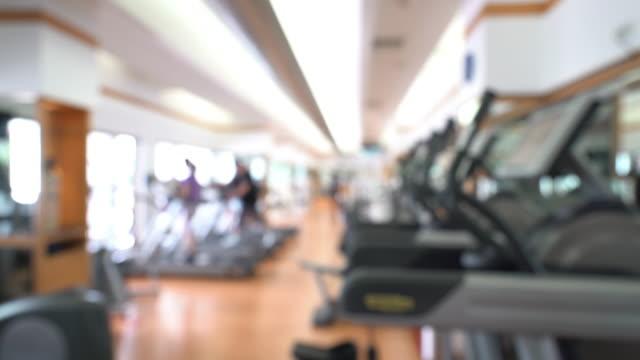 kran-schuss: abstrakten hintergrund unscharf: fitness-center fitnessclub - trainingsraum freizeiteinrichtung stock-videos und b-roll-filmmaterial