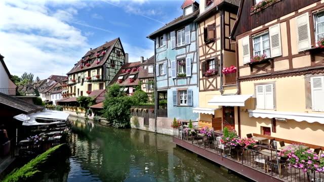 kran skott: colmar byn stadsbilden alsace frankrike i sommar - fransk kultur bildbanksvideor och videomaterial från bakom kulisserna