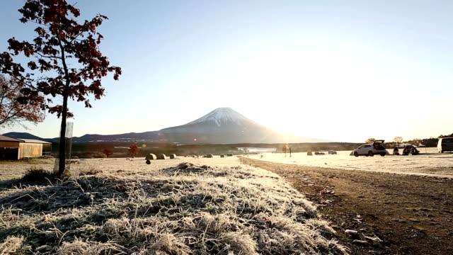 クレーン ショット: 富士山の麓パラ キャンプ日の出 - 冬点の映像素材/bロール