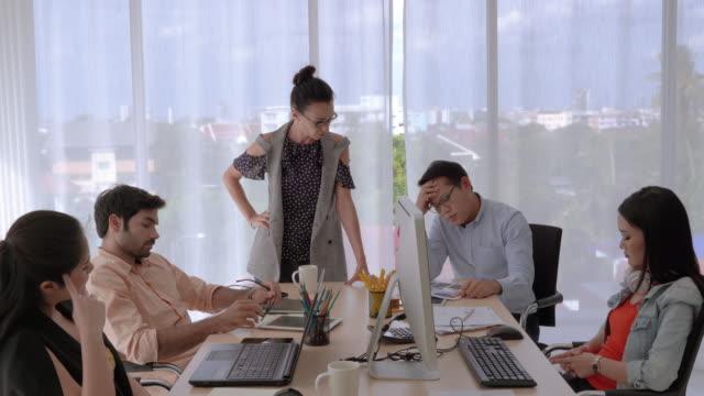 kran-shot-video-zoom aus business-teams diskutieren einander, weil sie die ziele nicht erreichen. - streiten stock-videos und b-roll-filmmaterial