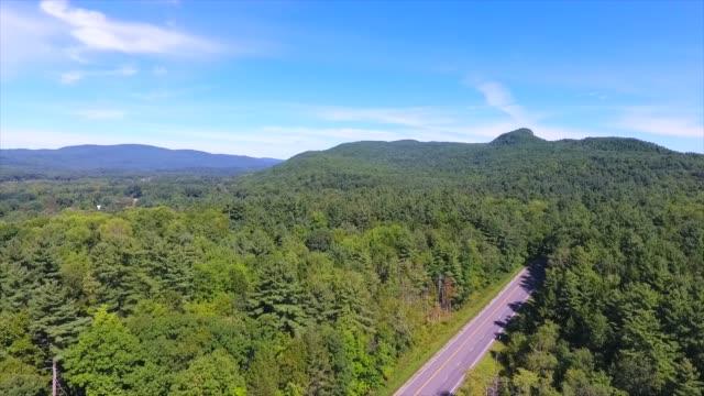 crane shot utsikt över landsbygden berg och dalar i berkshires - massachusetts bildbanksvideor och videomaterial från bakom kulisserna