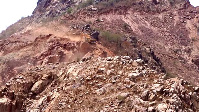 stockvideo's en b-roll-footage met jcb kraan werkt in bergen - shovel