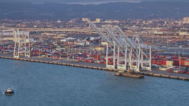 vídeos y material grabado en eventos de stock de grúas aéreas en puerto de oakland en california, estados unidos - oakland