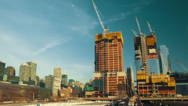 vídeos y material grabado en eventos de stock de grúas se mueve alrededor en una construcción nueva york ciudad - grúa
