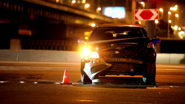 incidente di notte road - incidente video stock e b–roll